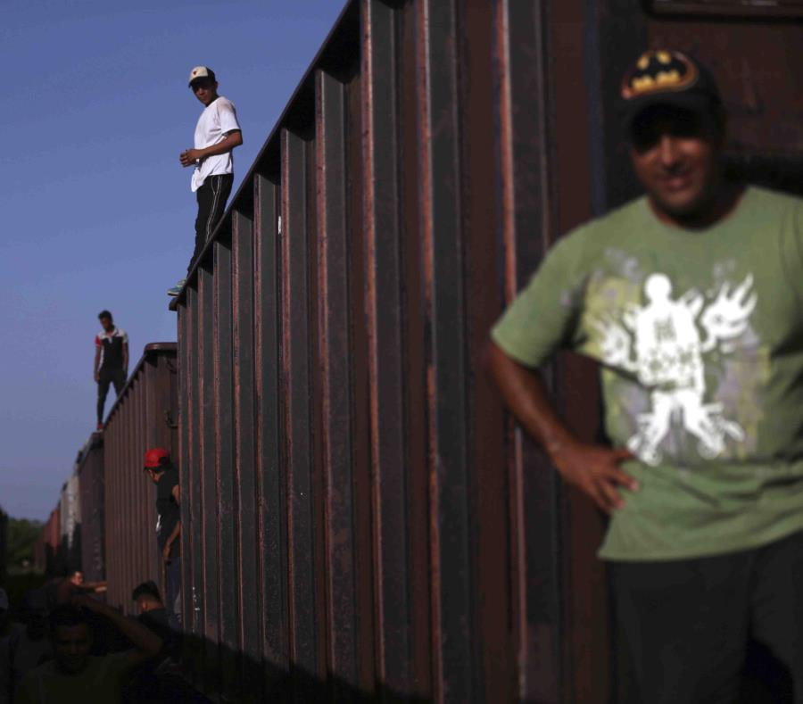 Apela Trump decisión de fondos para muro
