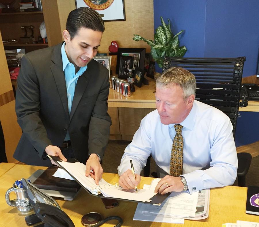 El boricua Luis M. Martínez Alicea, director de Asuntos Multiculturales del municipio de Orlando,  junto al alcalde de esa ciudad, Buddy Dyer. (semisquare-x3)