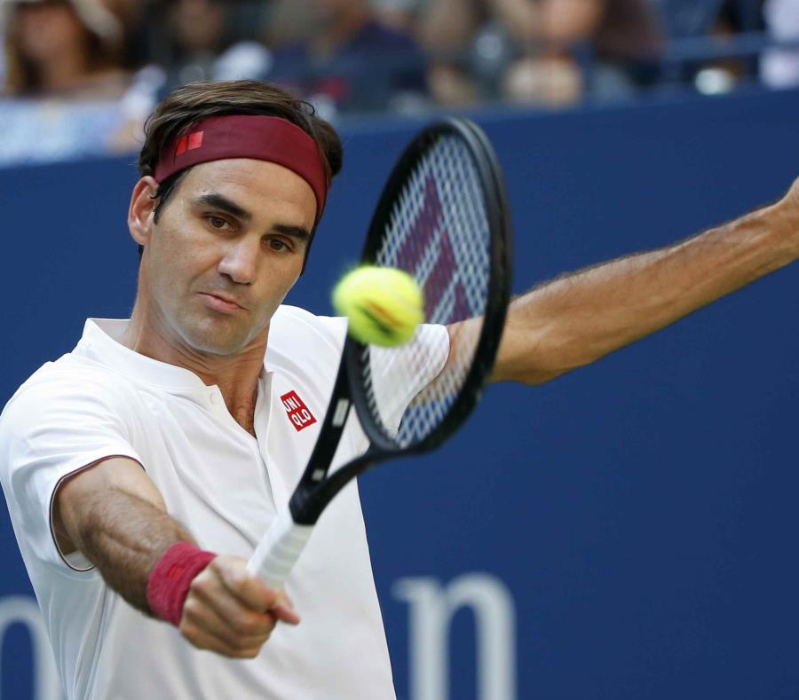 Roger Federer devuelve una pelota durante la acción del partido. (AP) (semisquare-x3)