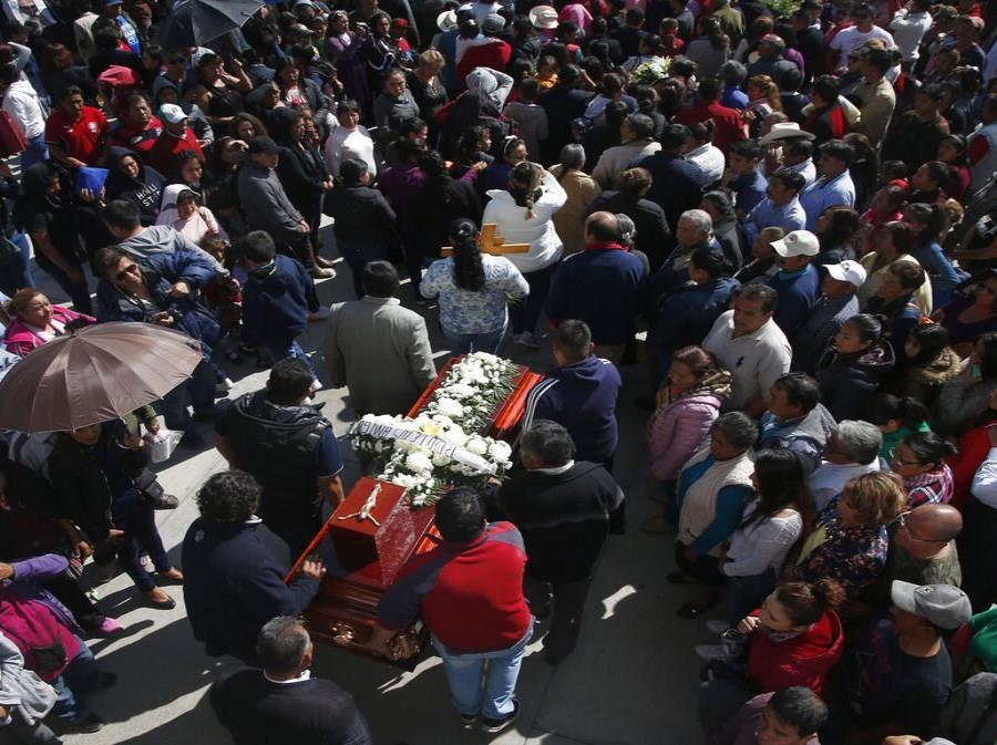 Personas asisten al funeral de una persona que murió cuando explotó un oleoducto en el pueblo de Tlahuelilpan, México (semisquare-x3)