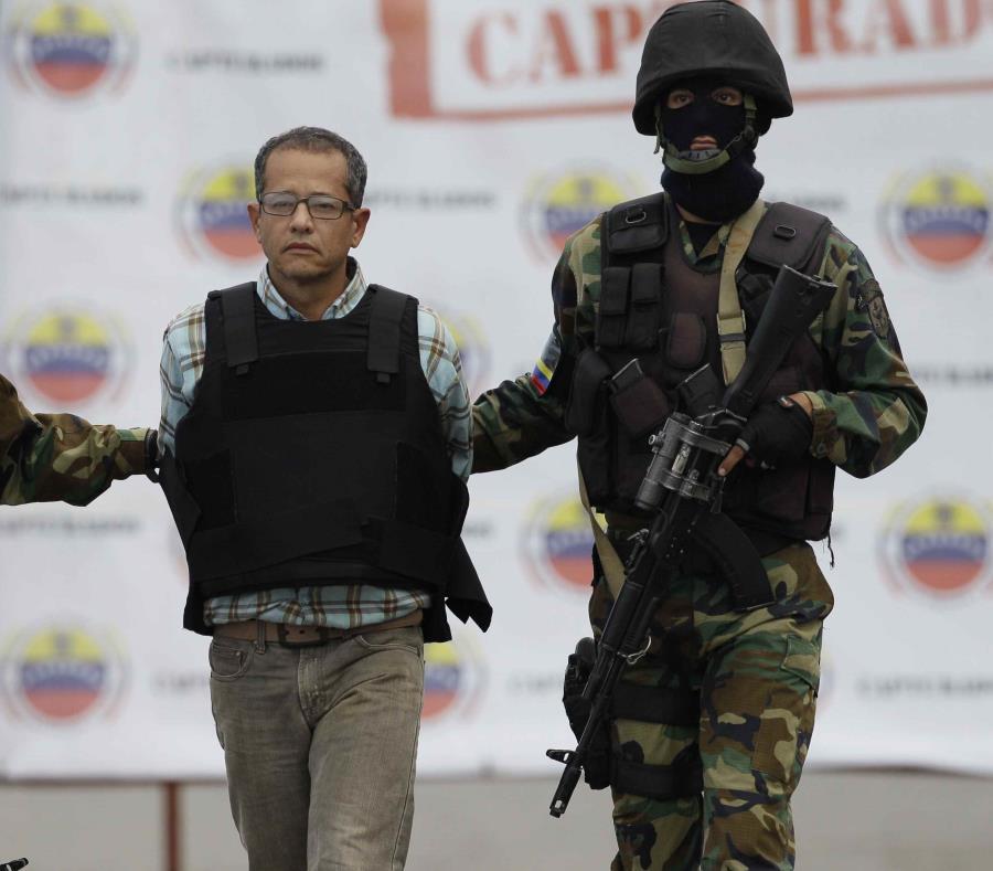 El colombiano Jorge Milton Cifuentes Villa es escoltado por agentes poco antes de ser deportado. (semisquare-x3)