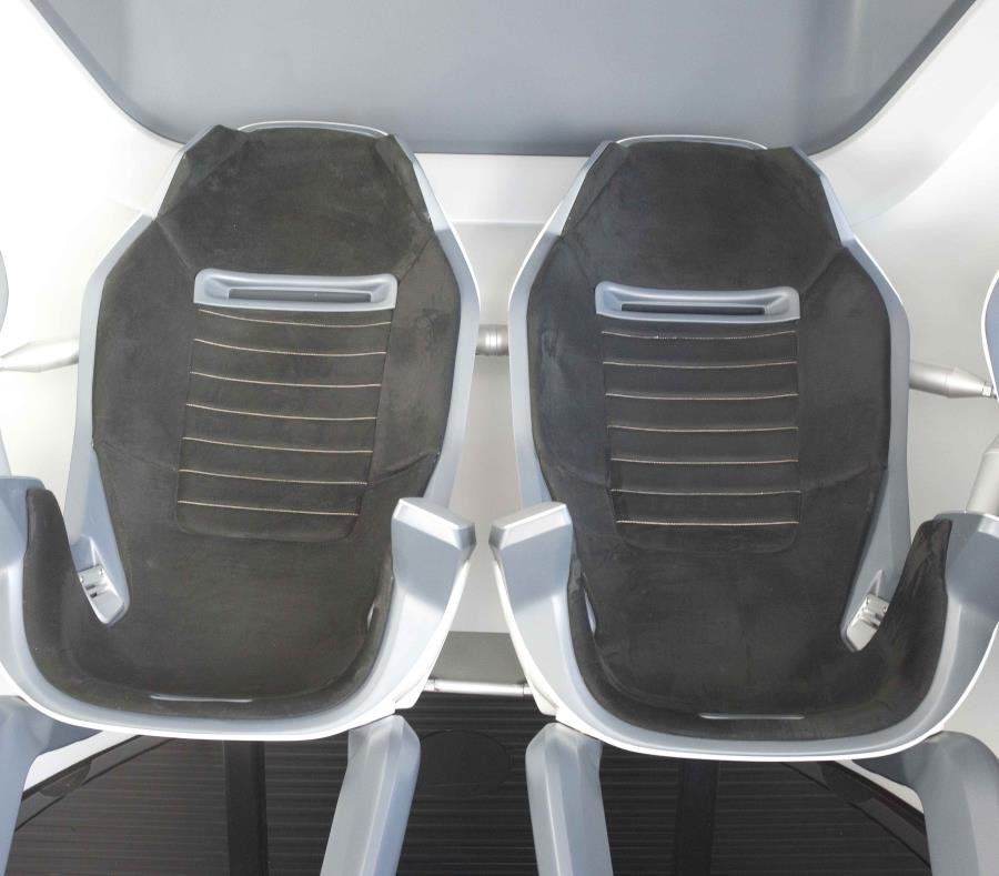 Vista de dos sillas al interior de una cápsula espacial que en un futuro llevará astronautas de la empresa SpaceX. (EFE) (semisquare-x3)
