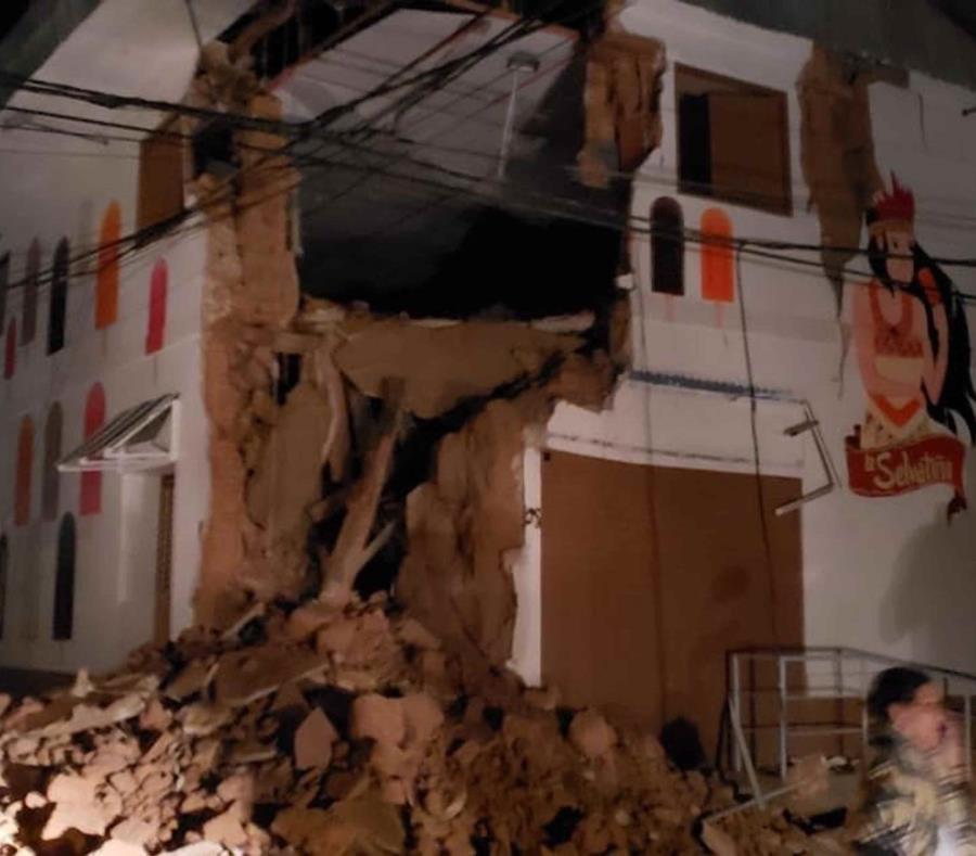 En esta foto provista por los Bomberos de Perú, se ve una construcción dañada por un sismo de magnitud 8.0 en Yurimaguas Perú, el domingo 26 de mayo de 2019. (Bomberos de Perú vía AP) (semisquare-x3)