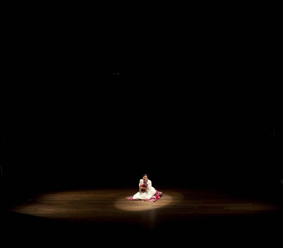 En esta imagen del 30 de abril de 2019, Erika Andia, directora del grupo de teatro Kory Warmis o Mujeres de oro, actúa mientras sostiene una pieza de atrezzo que representa a un bebé recién nacido en la obra