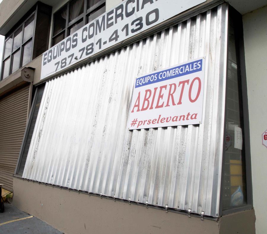 Un comercio en la avenida Central, en Puerto Nuevo, que se vio afectado por la falta de luz después del huracán María.  (GFR Media) (semisquare-x3)