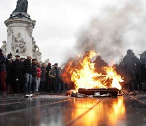 Arrestan a más de mil personas en protestas en París