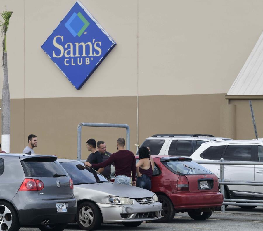Sorprendidos los empleados cesanteados de tienda Sam's en Humacao (semisquare-x3)
