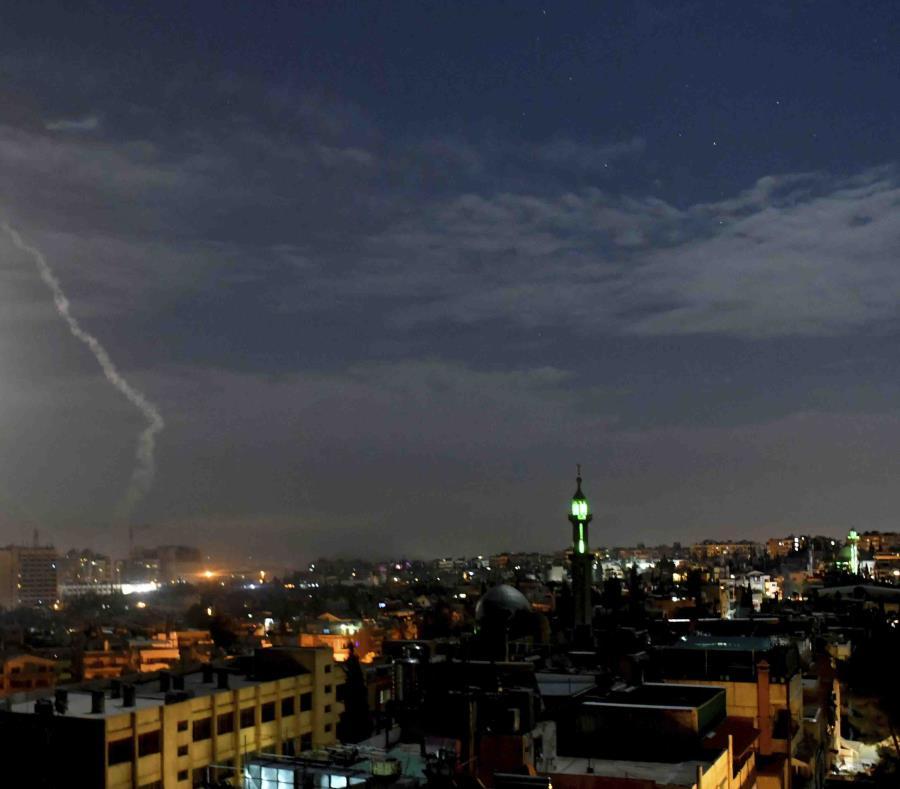 En la imagen, distribuida por la agencia de noticias oficial siria SANA, misiles vuelan cerca del aeropuerto internacional de Damasco, en Siria (semisquare-x3)