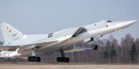 Bombarderos rusos simulan una batalla contra aviones enemigos en el mar Báltico