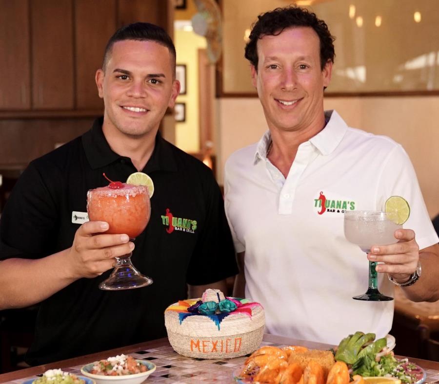 Desde la izquierda, Alex Gómez y Ahmed Muñoz, franquiciado y dueño del Tijuana's de Dorado. (Joe Rubens / GFR Media) (semisquare-x3)