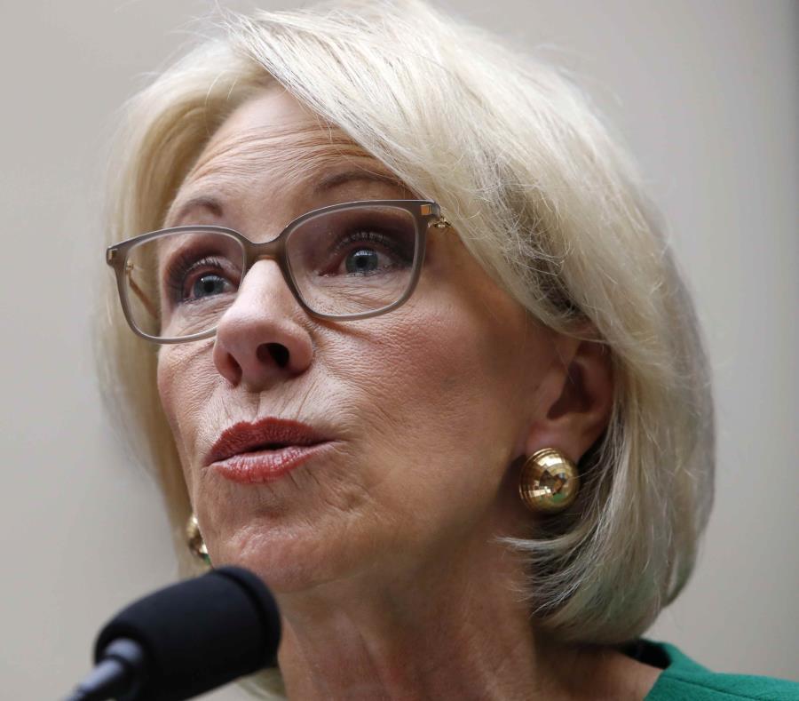 La secretaria de Educación de Estados Unidos, Betsy DeVos, es interpelada en el Congreso en mayo pasado. (AP) (semisquare-x3)