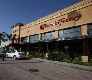 Hacienda suspende licencia de bebidas alcohólicas a The Cheesecake Factory