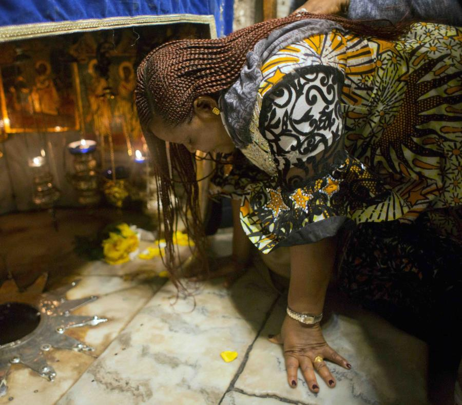 Una cristiana reza en la cueva de la Basílica de la Natividad, el lugar de nacimiento de Jesucristo reconocido por los cristianos, en la ciudad cisjordana de Belén, el domingo 23 de diciembre de 2018. (AP Foto/Nasser Nasser) (semisquare-x3)