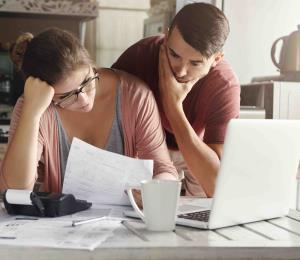 Estadounidenses ricos dicen que finanzas dañan su salud mental