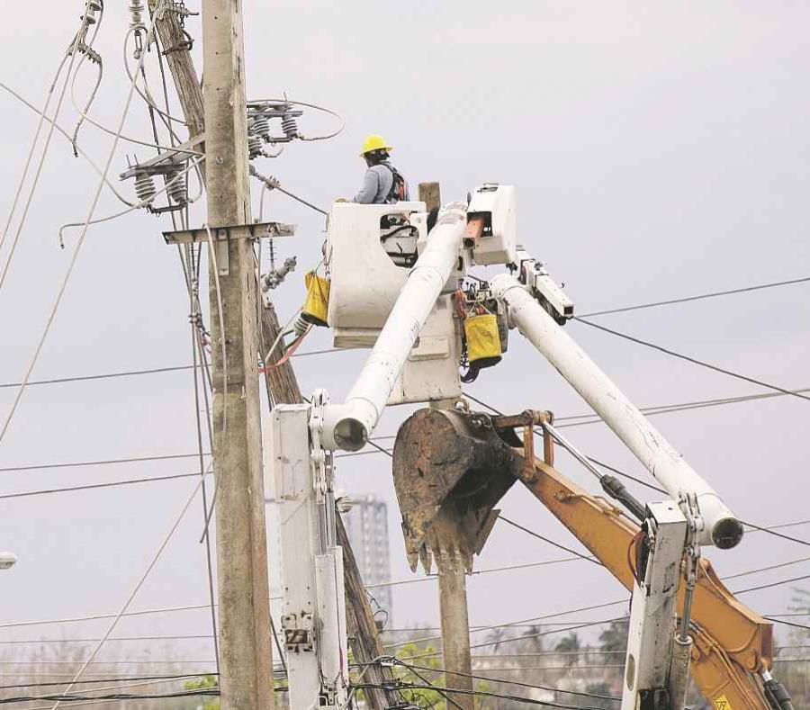 Personal de la Autoridad de Energía Eléctrica trabajaba ayer  en la intersección de Rexville en Bayamón. (semisquare-x3)