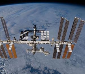 Astronautas revisarán un misterioso agujero en la Estación Espacial Internacional