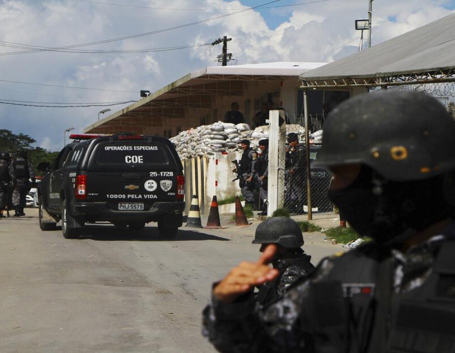 Un policía resguarda la entrada al Complejo Penitenciario Anisio Jobim, en el estado de Amazonas, al norte de Brasil. (semisquare-x3)