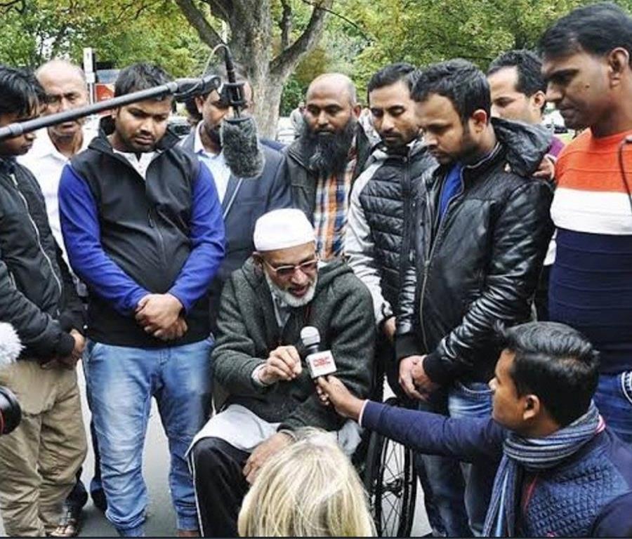 Farid Ahmed (centro) atiende a periodistas en Christchurch (semisquare-x3)