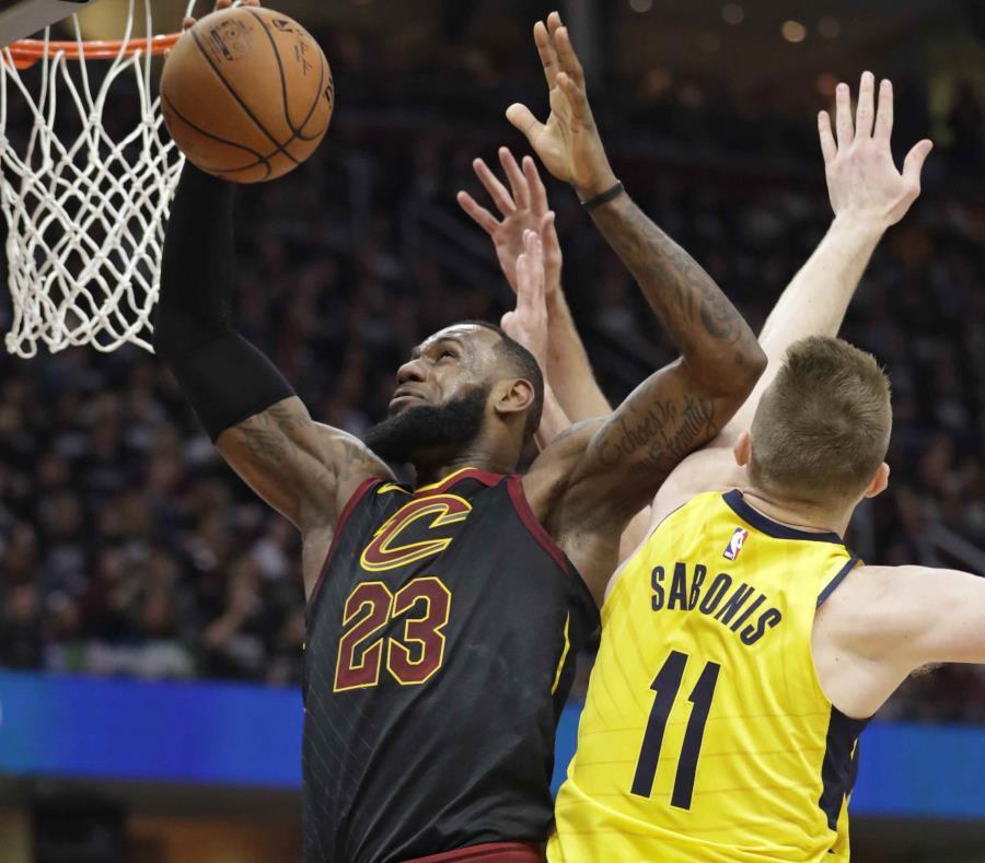 LeBron James terminó con 24 puntos, 12 asistencias y 10 rebotes para registrar el 20mo triple doble de su carrera. (semisquare-x3)