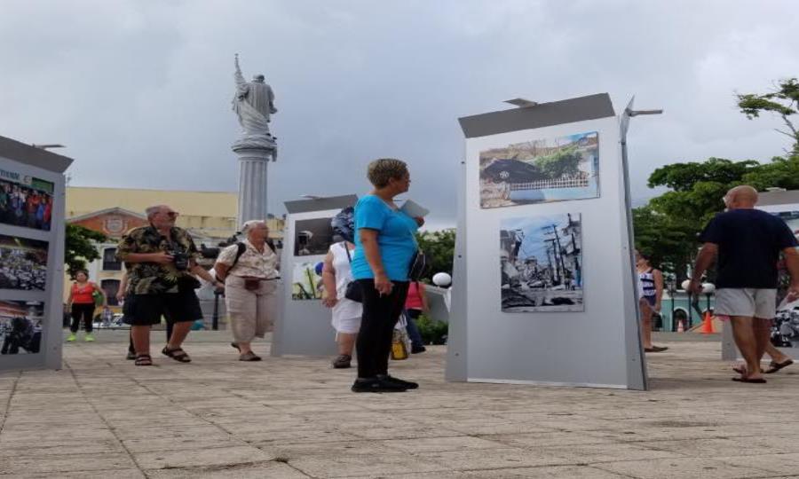 Ciudadanos visitan la exposición fotográfica ubicada en la Plaza Colón del Viejo San Juan (semisquare-x3)