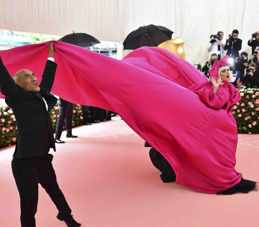 Lady Gaga arribó a la gala con un vestido fucsia del cual se fue desprendiendo capa por capa. (AP / Charles Sykes) (semisquare-x3)