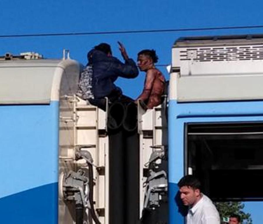 Viajaban en el techo de un tren, recibieron una descarga de 25,000 voltios y sobrevivieron (semisquare-x3)