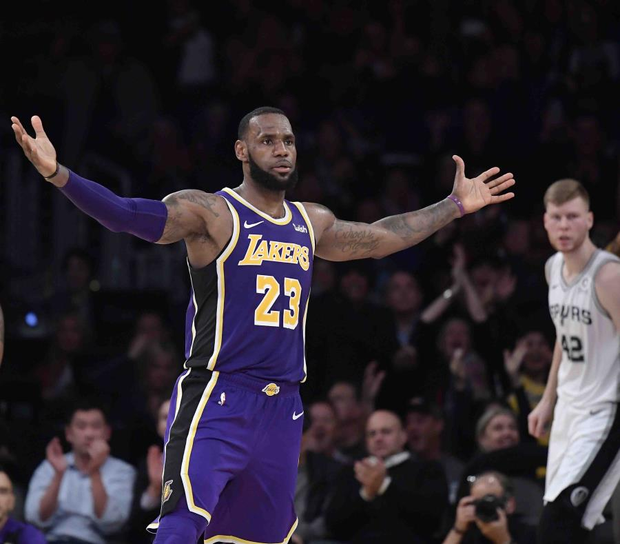 LeBron y sus Lakers reaccionan al final para vencer a los Spurs