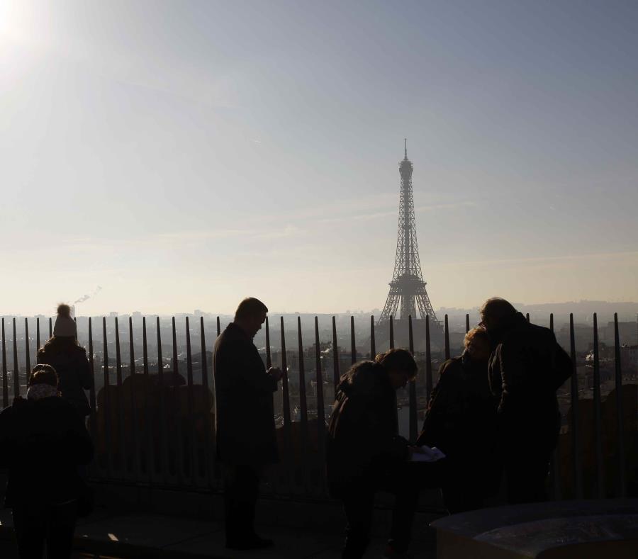 Turistas visitan la terraza del Arco del Triunfo en el día de su reapertura, en París, el 12 de diciembre de 2018 (semisquare-x3)