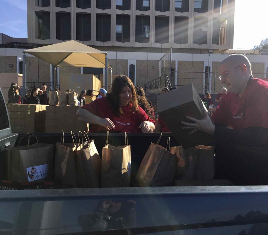 En Estados Unidos, el St. Mary's Food Bank también ha regalado comida a los empleados federales afectados. (semisquare-x3)