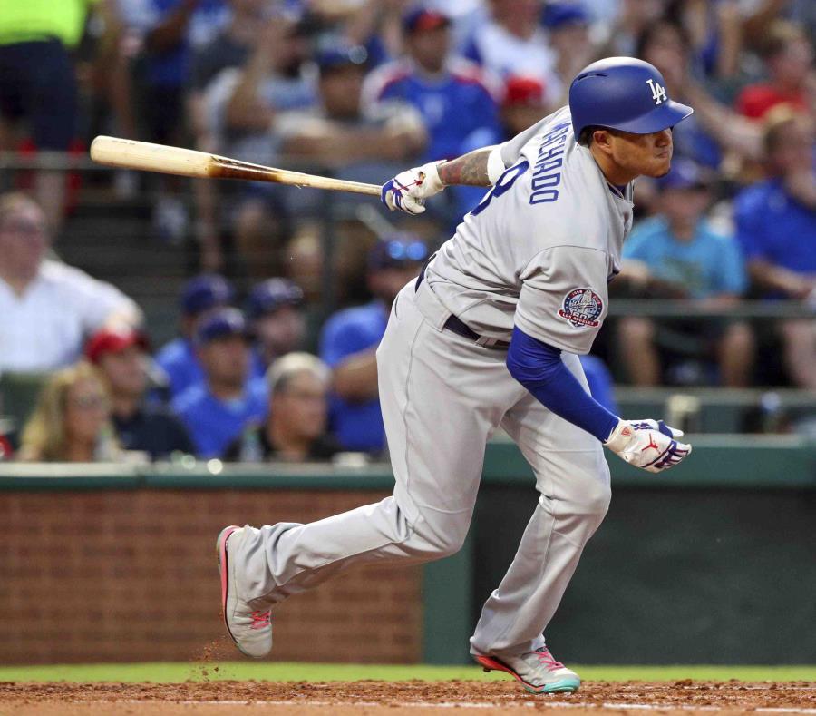 Manny Machado, de los Dodgers de Los Ángeles, conecta un sencillo de dos carreras en la tercera entrada del juego ante los Rangers de Texas. (AP) (semisquare-x3)
