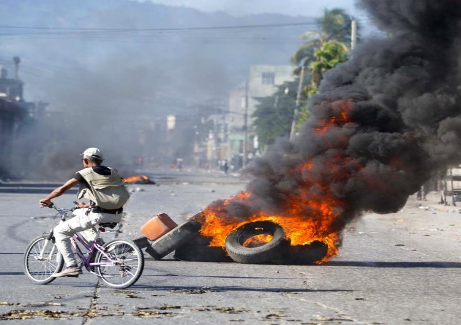 manifestantes que exigen saber cómo las administraciones actuales y pasadas de Haití utilizaron los fondos de un acuerdo petrolero con Venezuela (semisquare-x3)