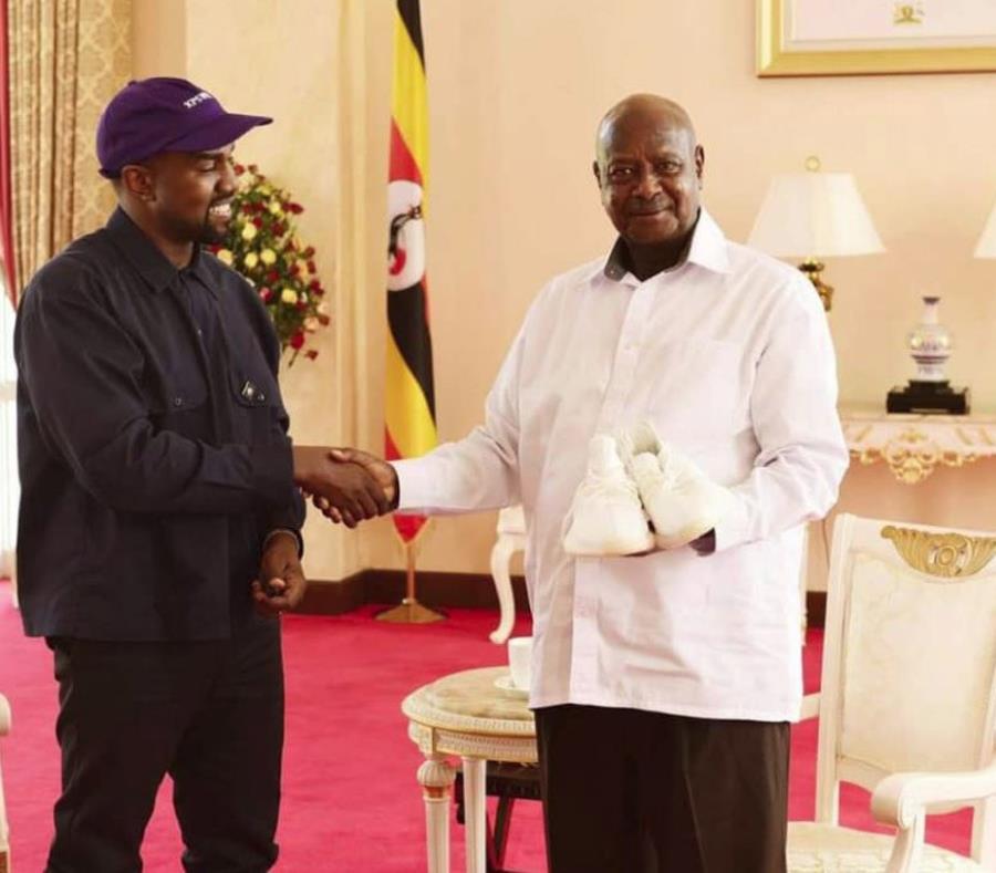 Kanye West le regala unas tenis al presidente de Uganda