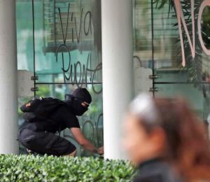 Los responsables del vandalismo y de pagar los cristales rotos