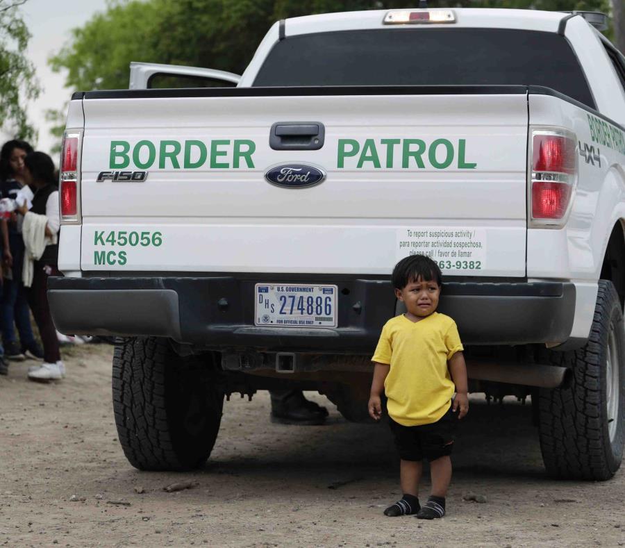 El martes, fueron detenidas 4,100 personas, una cifra récord en la frontera en más de una década.  (AP) (semisquare-x3)