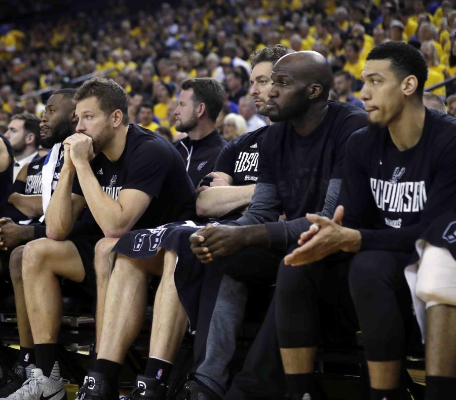 Jugadores de los Spurs de San Antonio parecen mostrar su frustración en la banca durante el desarrollo del segundo partido de la serie final de la Conferencia Oeste ante los Warriors de Golden State. (semisquare-x3)