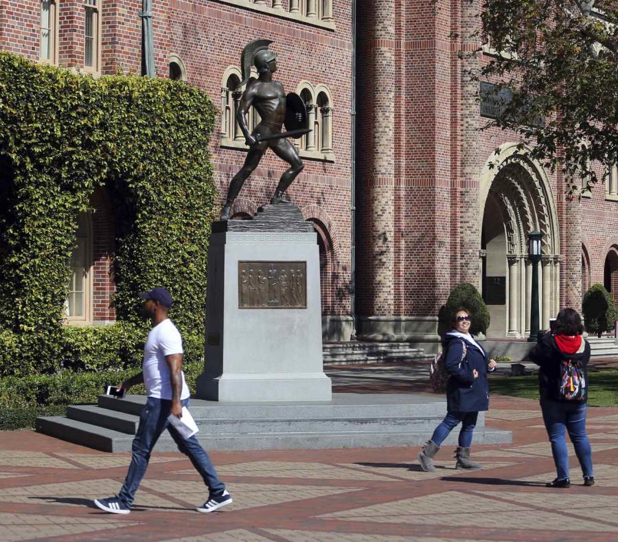 Más de la mitad de los 32 padres acusados estaban tratando de sobornar para que sus hijos ingresaran a la USC, dijeron los fiscales. (AP / Reed Saxon) (semisquare-x3)