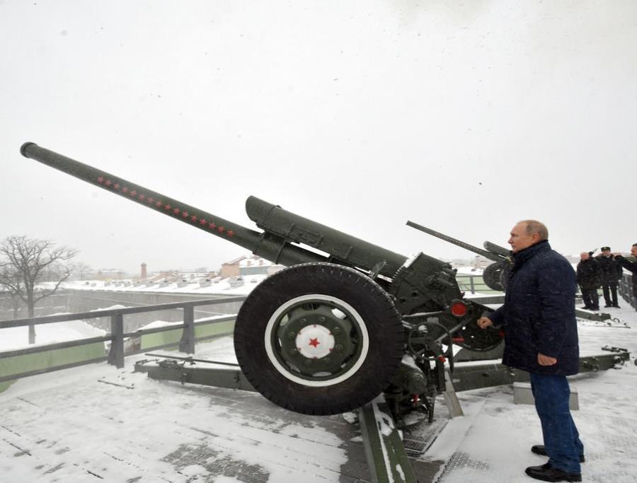 El presidente ruso Vladimir Putin dispara un cañón en la Fortaleza Petropavlovsky en San Petersburgo (semisquare-x3)