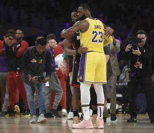 LeBron James vence a Dwyane Wade en su último choque
