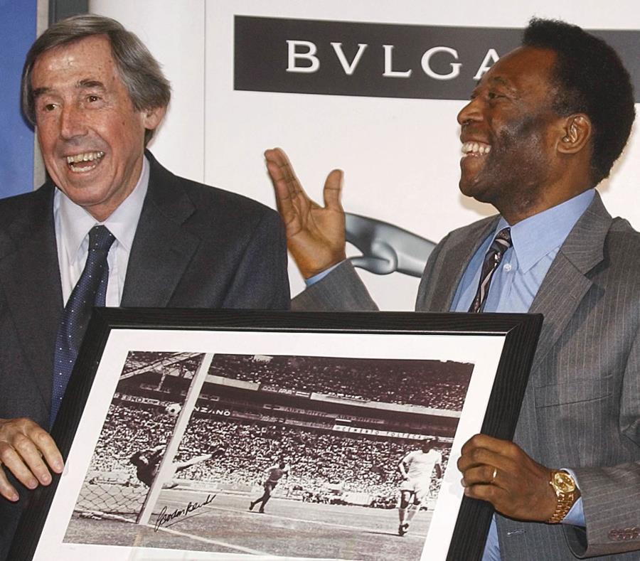 Gordon Banks, izquierda, junto a Pele mostrando la imagen del mítico momento de la Copa Mundial de 1970. (AP) (semisquare-x3)
