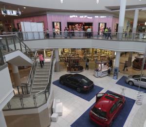 Plaza Carolina reabrirá mañana más tiendas