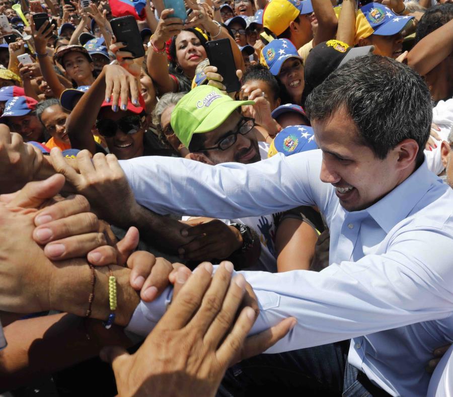 El líder opositor venezolano Juan Guaidó saluda a simpatizantes en un mitin en Guatire, Venezuela, el sábado 18 de marzo de 2019. (AP / Ariana Cubillos) (semisquare-x3)