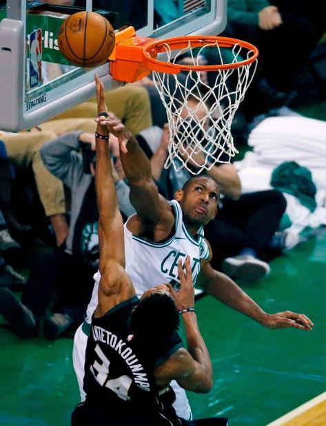 El alero dominicano de los Celtics de Boston, Al Horford, bloquea el disparo de Giannis Antetokounmpo, de los Bucks de Milwaukee, en el tercer cuarto del primer juego de la serie de playoffs de primera ronda en Boston. (vertical-x1)