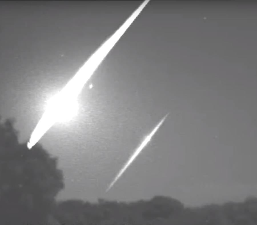 Toma de captura del meteoro sobre la isla. (Frankie Lucena) (semisquare-x3)