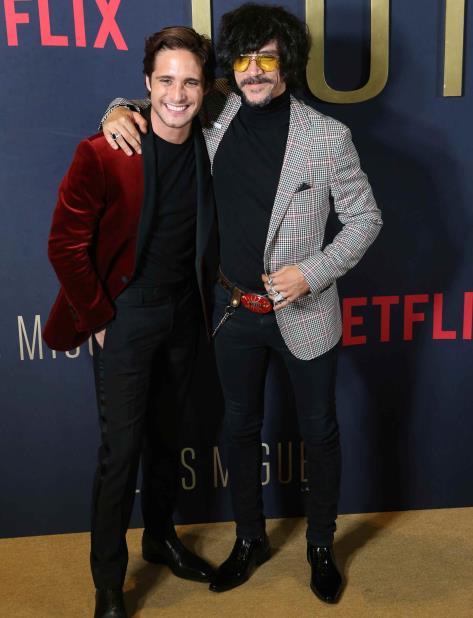 El actor Diego Boneta, izquierda, quien interpreta a Luis Miguel, y el actor Oscar Jaenada, quien interpreta a su padre en la serie. (vertical-x1)