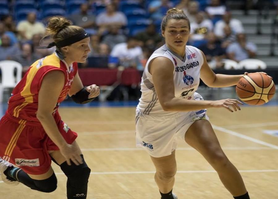 Kathryn Westbeld, de las Atenienses de Manatí (a la derecha), anotó 16 puntos. (Suministrada) (semisquare-x3)