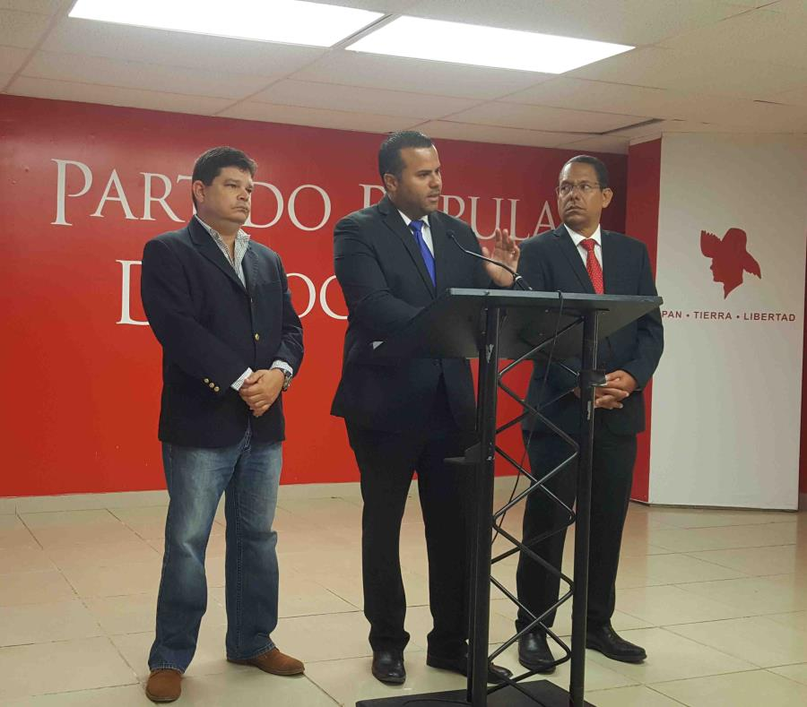 Los legisladores Javier Aponte Dalmau (izquierda), Ramón Luis Cruz Burgos (centro) y Jesús Santa (derecha) hablan en una conferencia de prensa el martes, 30 de abril. (Gloria Ruiz Kuilan) (semisquare-x3)