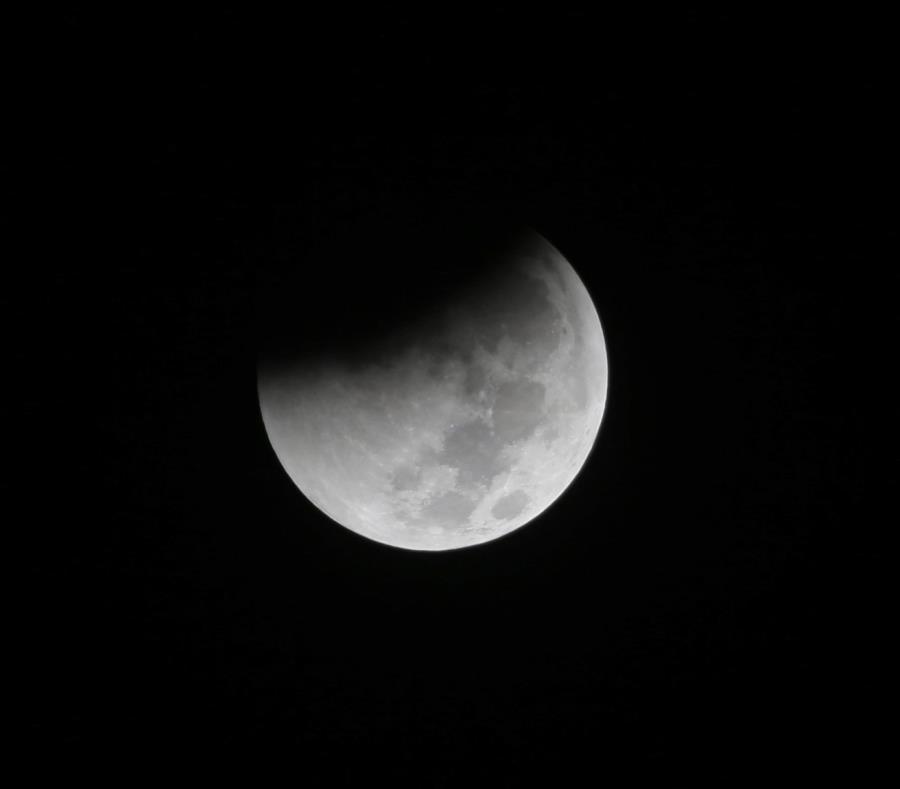 En esta fotografía de archivo del sábado 28 de agosto de 2018, la Tierra arroja una sombra sobre la Luna durante un eclipse lunar total, en Yakarta, Indonesia. A partir del domingo 20 de enero de 2019 por la noche será posible ver un eclipse lunar total e (semisquare-x3)