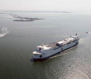 Un buque hospital de la Armada llega a Nueva York para aliviar la carga médica