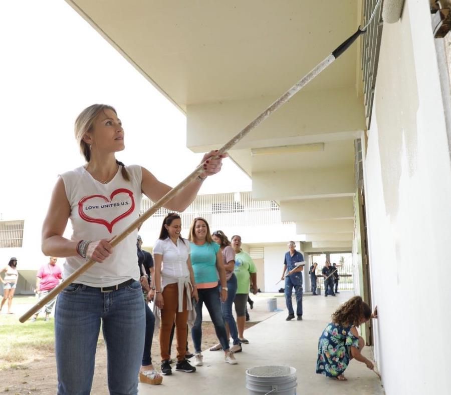 Julia Keleher ayuda a pintar una pared de la escuela elemental Agapito López en Punta Santiago, Humacao. (Suministrada) (semisquare-x3)