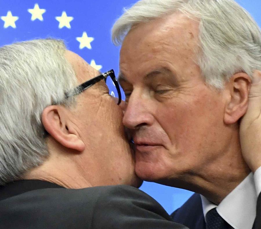 El presidente de la Comisión Europea, Jean-Claude Juncke, izquierda, besa al principal negociador del Brexit de la Unión Europea, Michel Barnier, durante una conferencia de prensa al conlcuir la cumbre de la UE en Bruselas el domingo 25 de noviembre de 20 (semisquare-x3)